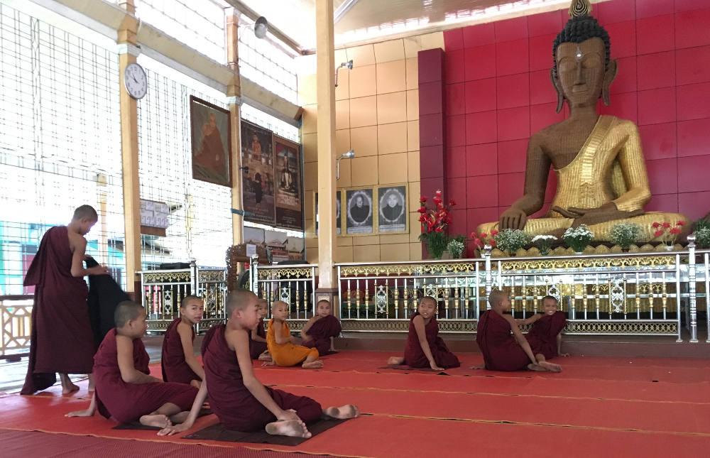 Kloster und kleine Mönche mit einem Buddha aus Bambus