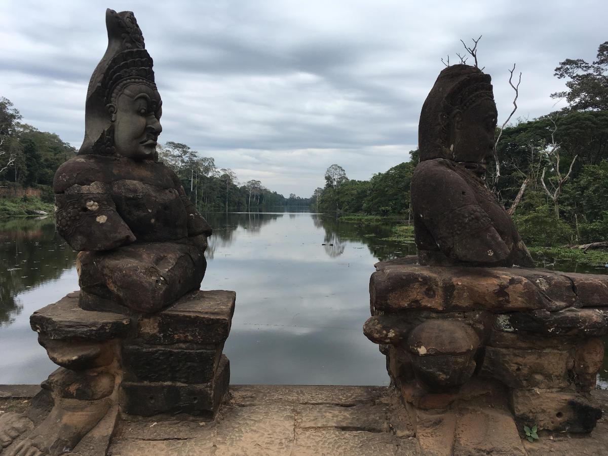 Übellaunige Figuren in Angkor