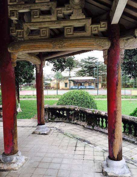 Zitadelle von Hue mit Tennisplatz im Hintergrund