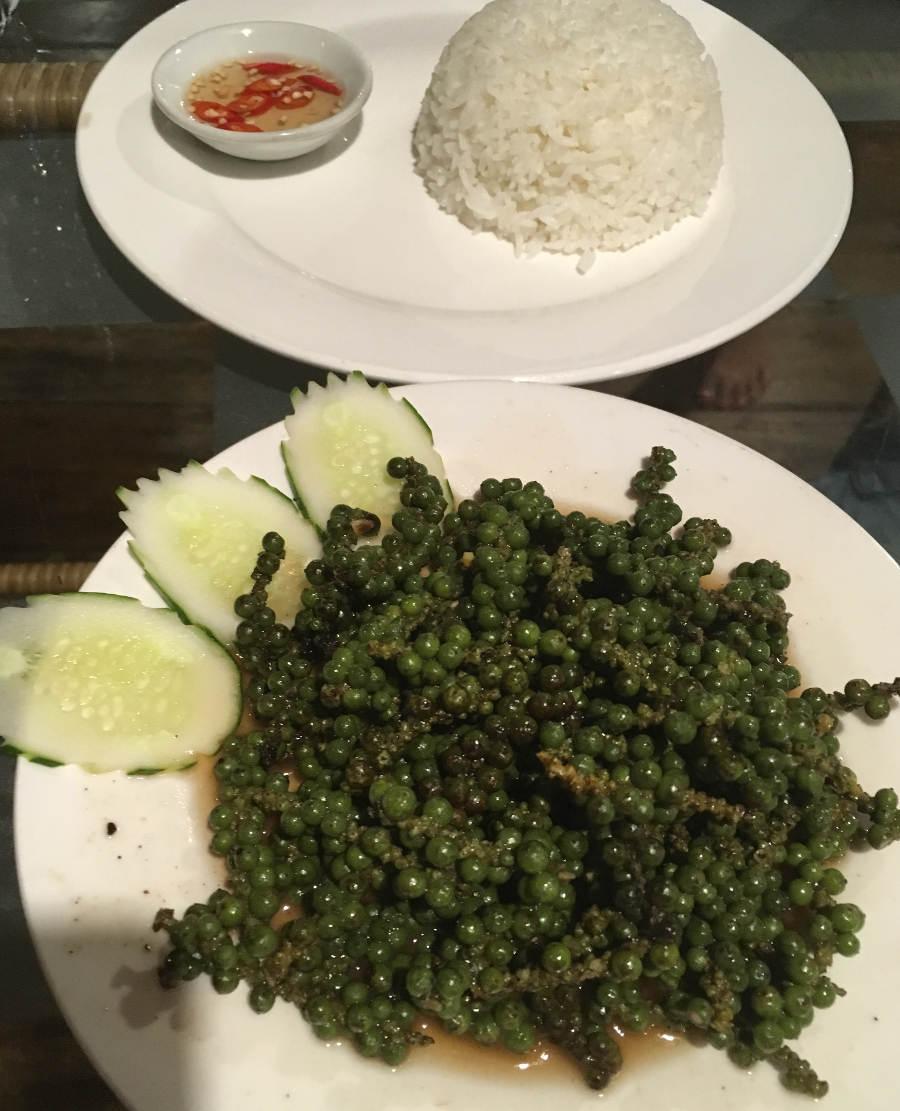Kampot Pfeffer wie man ihn nicht bestellen sollte: Vegetarisch. Dem Fleisch oder Fisch werden nämlich nur ein paar Zweige beigelegt. Mehr kann man davon auch nicht essen.