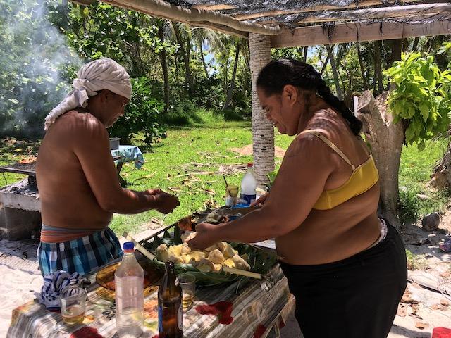 Zubereitung des Picknicks auf einem Motu