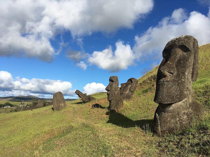Rano Raraku: Aus den Steinbrücken dieses Vulkans stammen die meisten Moai. Hier stehen und liegen noch viele unfertige Figuren herum.