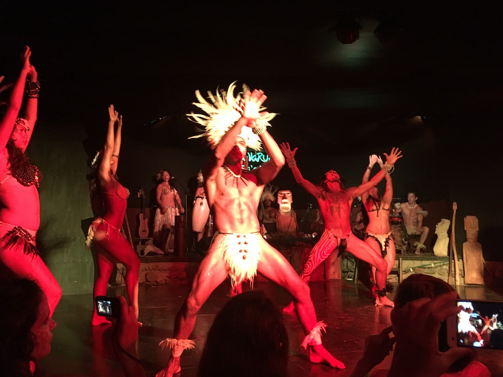 Tanzende Rapa Nui. Mjam.