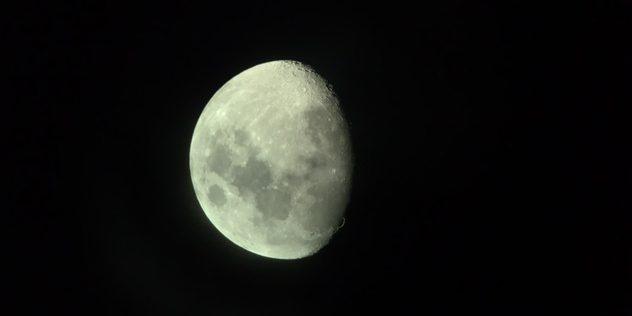 Blick auf den Mond von der Atacama Wüste aus, aufgrund der Trockenheit ein Paradies für Sternegucker