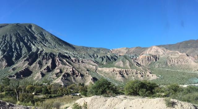 Bei Purmamarca - hier ist das Gestein noch vornehmlich grün