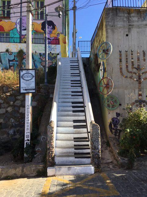 Valparaiso - die Treppe sollte nicht nur wie ein Klavier aussehen, sondern auch so klingen. Klappt noch nicht ganz.