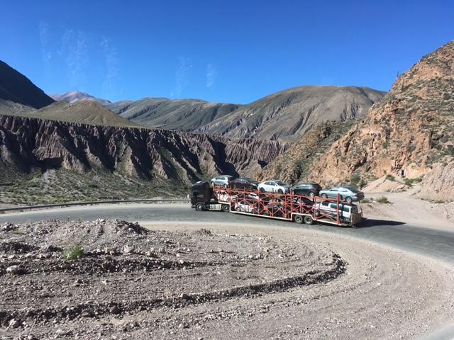 Immer noch nach Salta: Außer Bussen verkehren hier hauptsächlich Autotransporter