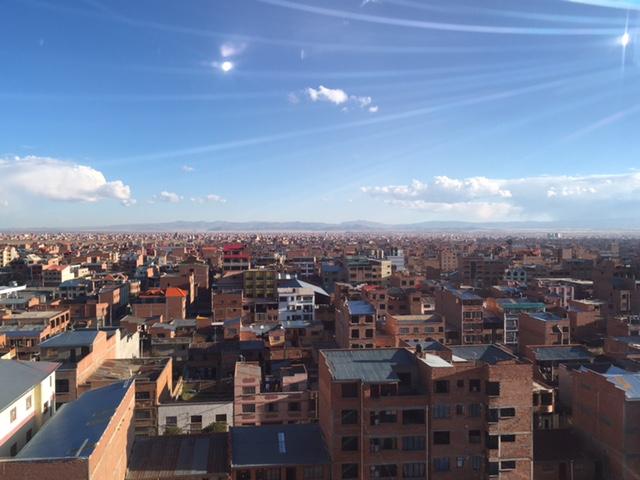 Direkt über La Paz befindet sich die Stadt El Alto - plötzlich ist alles ganz flach, die nächsten Berge in weiter Ferne