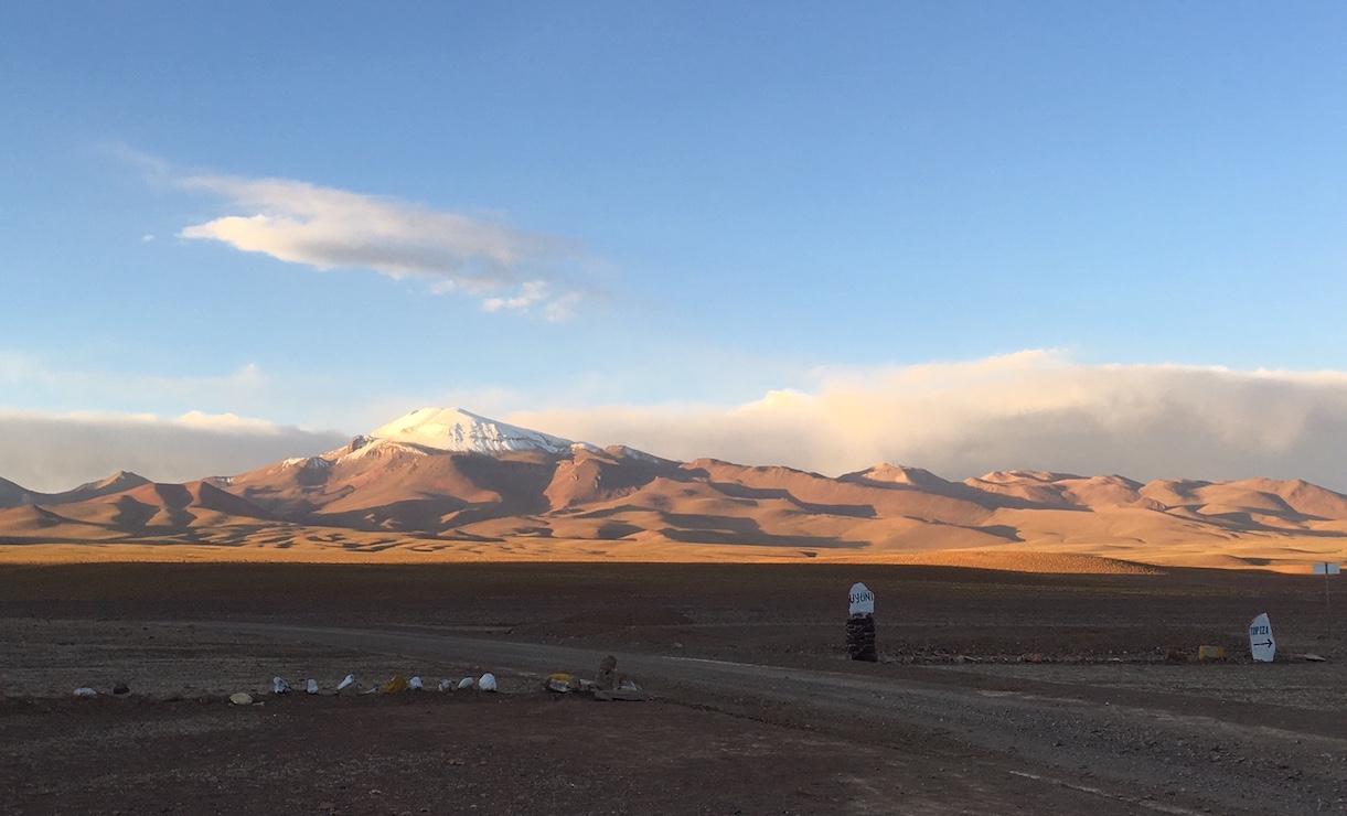 Uyuni-Tour: Vulkan im Hintergrund