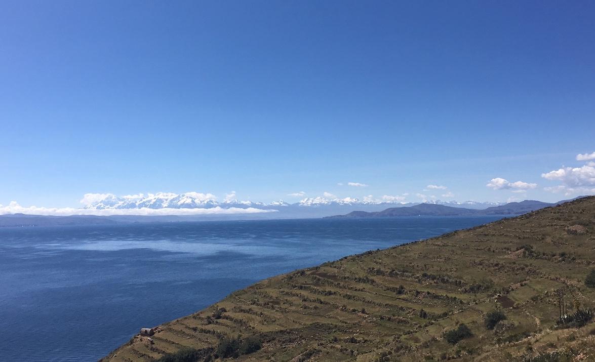 Blick von der Isla del Sol auf den Titicaca See und die umliegenden Berge
