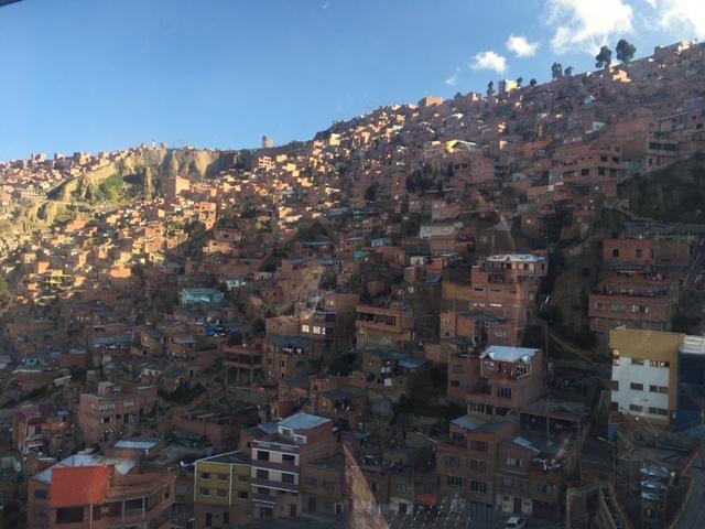 Die typischen unverputzten (ist anscheinend aufgrund des Klimas nicht nötig) Häuser La Paz', die in die steilen Hänge gebaut sind.