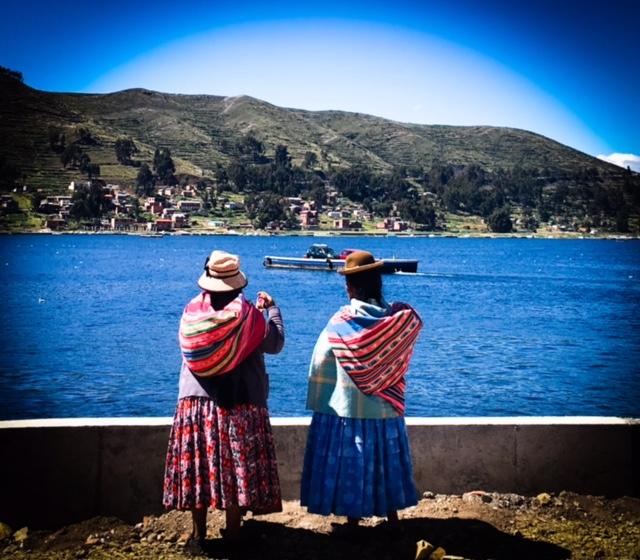 Zwei Damen am Titicaca-See - in diesen Tüchern wird alles vom Kleinkind bis zum Feuerholz transportiert. Nicht dass ich jemals einen Mann schweres Gut tragen hätte sehen...