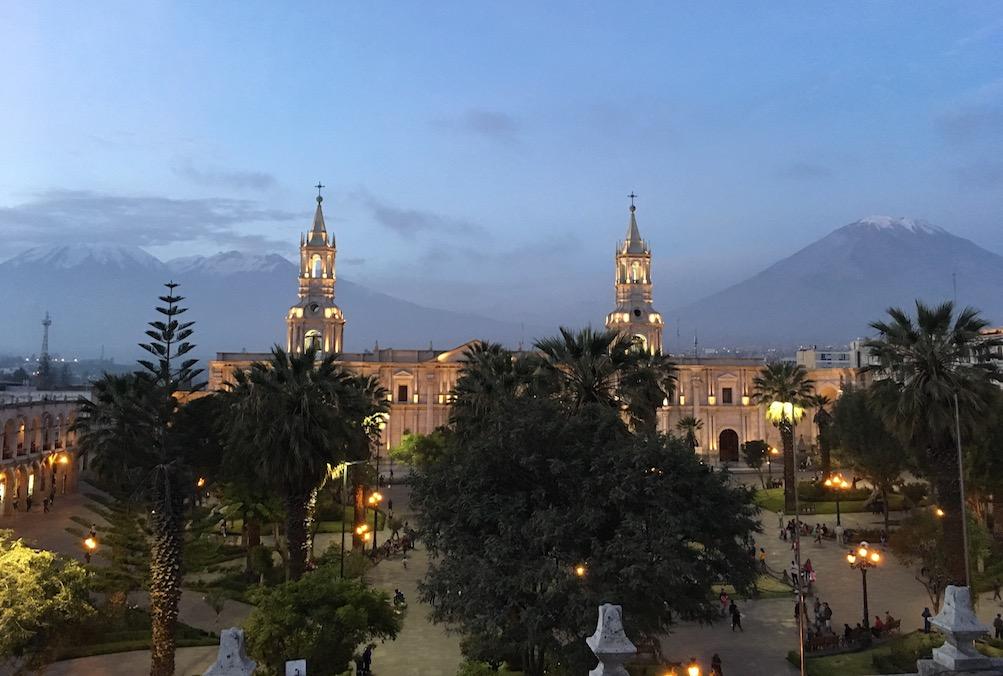 Arequipa-Kathedrale mit den Liebenden im Hintergrund