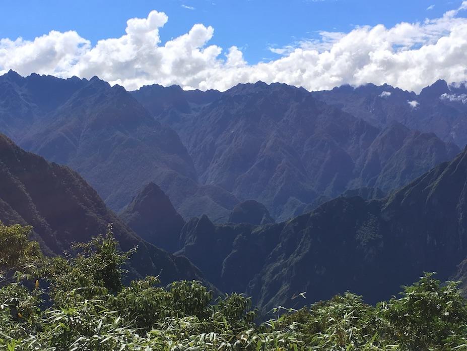Machu Picchu aus der Ferne – gezoomt. Ich weiß, man sieht noch immer nichts. Aber ist die Location nicht unglaublich?