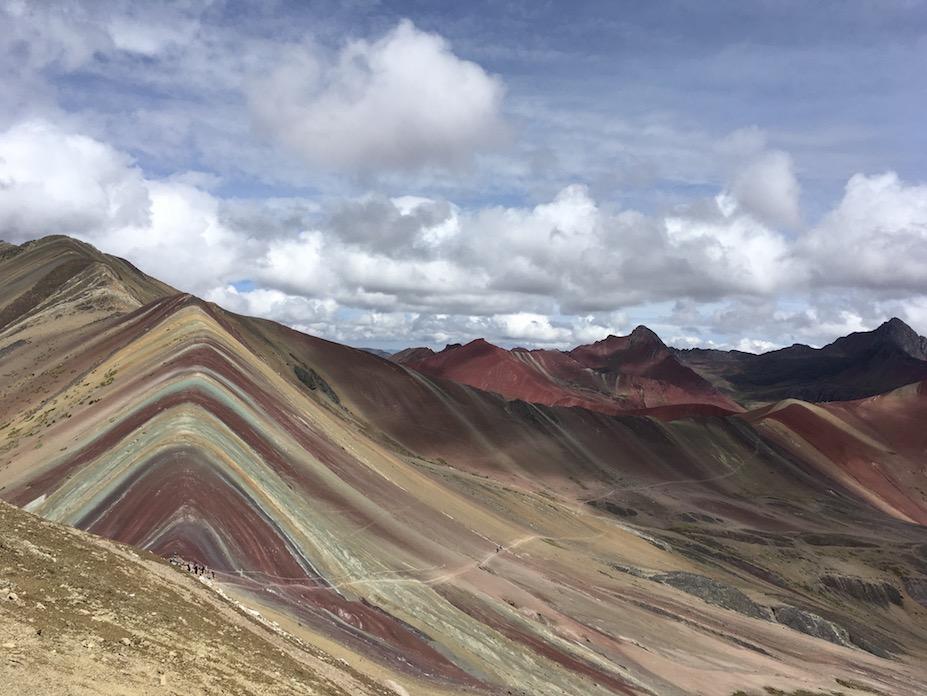Noch eine andere Wanderung: Der 5000 Meter hohe Rainbow Mountain, der bis vor einem Jahr noch von kaum einem Touristen gesehen wurde (der Klimawandel hat mit der Schneeschmelze den Berg erst freigelegt), mittlerweile aber schon touristisch total ausgeschlachtet wird.