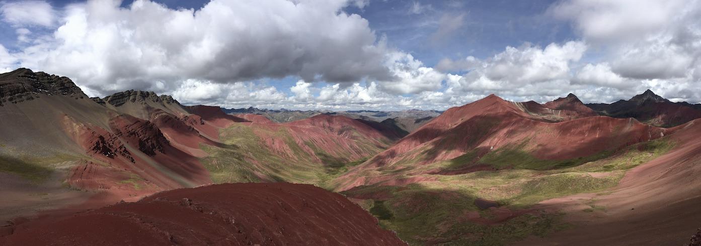 Valle Rojo, das rote Tal. Auf der Rückseite des Rainbow Mountains (auch für diese Tour geht es um 3 Uhr nachts los)