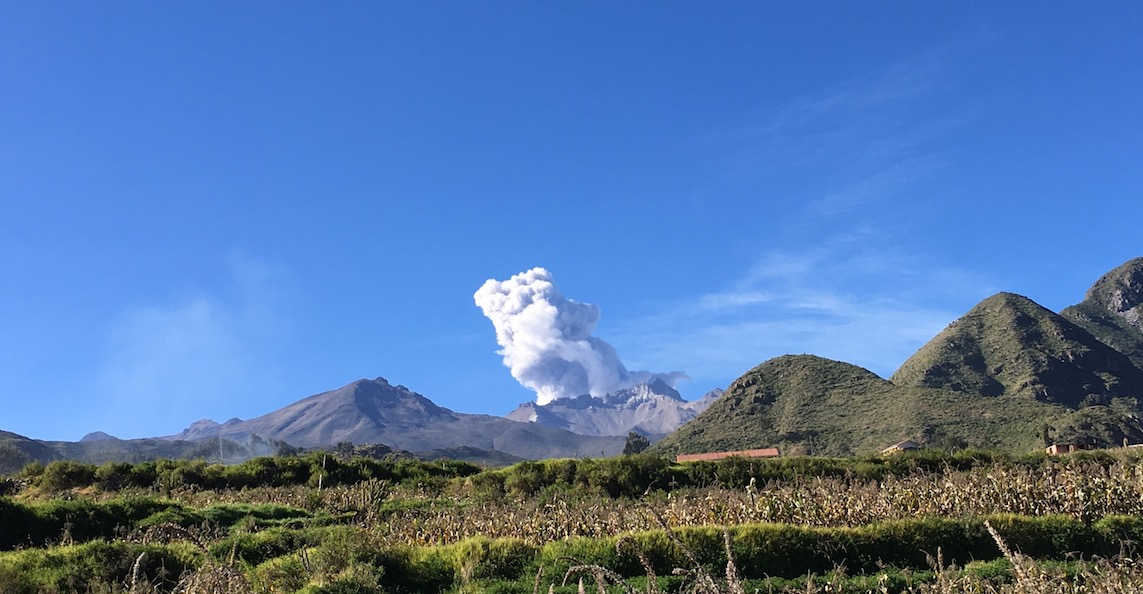 Rauchender Vulkan auf dem Weg ins Colca Tal