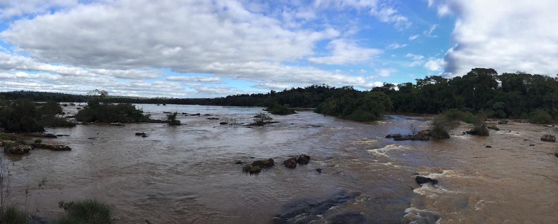 Iguaçu-Fälle - der Fluss, der zu den Fällen führt, hat irgendwie kein Ufer. Megabreit...