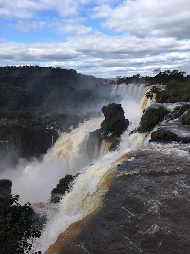 Iguaçu-Fälle, an einer Bruchkante.