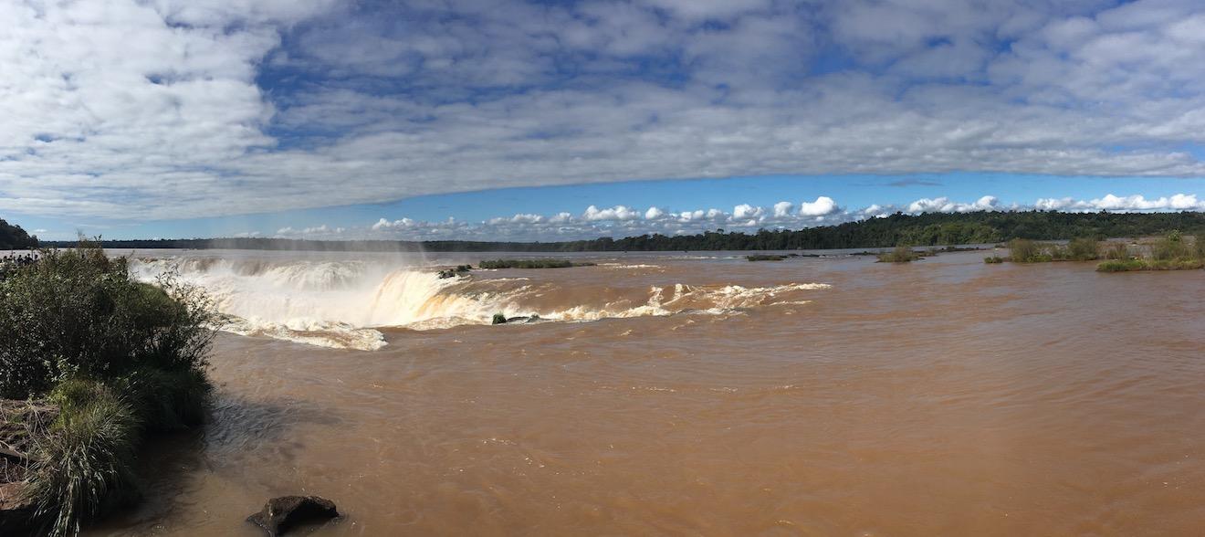 Iguaçu-Fälle - der Fluss und der Schlund.