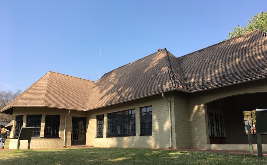 Liliesleaf Farm: Versteck für geheime Treffen des African National Congress (unter ihnen Nelson Mandela). Zu Tarnungszwecken lebte dort eine weiße Familie. Nach einer Razzia wurden dort 19 hochrangige Mitglieder des ANC festgenommen und zu langjährigen Haftstrafen verurteilt.