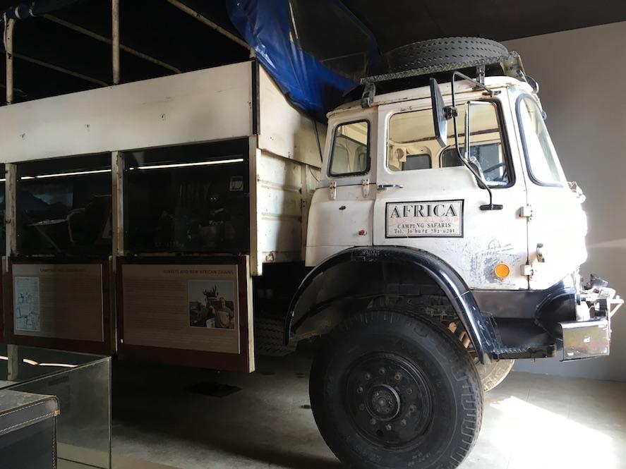 Secret Safari: Nach dem Beschluss, den Kampf gegen die Apartheid nicht mehr mit friedlichen Mitteln führen zu können, erfand man ein ausgeklügeltes System, um Waffen nach Südafrika zu transportieren. Die Lösung war die Gründung einer real existierenden Reiseagentur. Ahnungslose, betuchte Touristen saßen auf einem Pulverfass von Munition und Waffen, die über tausende von Kilometern in den Safari-Trucks transportiert wurden. Die Aktivisten wurden nie gefasst, keiner der Touristen ist zu Schaden gekommen.