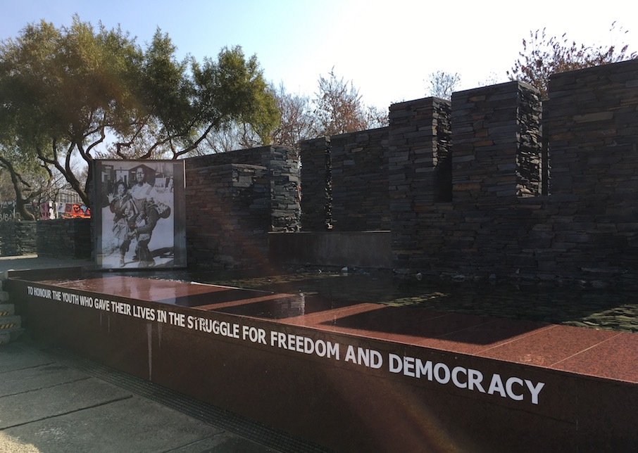 Soweto: Hector-Pieterson-Memorial: Hector Pieterson war eines der Todesopfer der friedlichen Schülerproteste gegen die Einführung von Afrikaans (der Sprache der weißen Unterdrücker) als Unterrichtssprache. Er wurde zur Symbolfigur der anschließenden Aufstände gegen das Apartheidsregime.