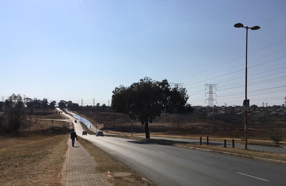 Soweto: Auch wenn es hier so geordnet aussieht, ärmlichste Blechhütten gibt es noch immer .