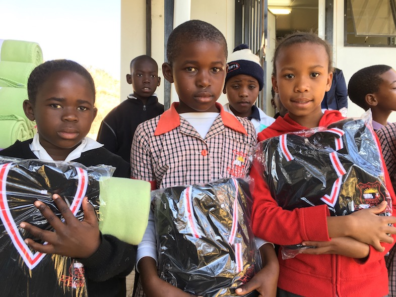 Mit Uhambo Africa in Diepsloot: Kinder mit Schuluniformen und Decken