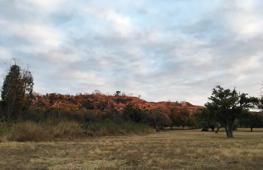 Blick vom Camping-Platz vor den Ruinen von Great Zimbabwe