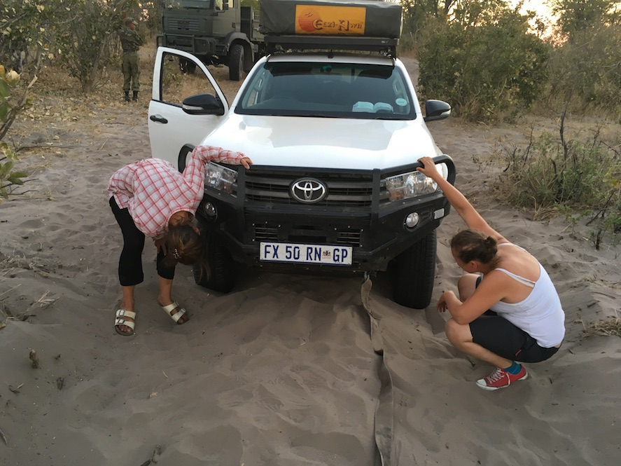 Aber der Afternoon-Drive war keine gute Idee. Noch mehr Sand... (das Bild entstand, als einer der Jungs uns bereits ausgebuddelt hat.)
