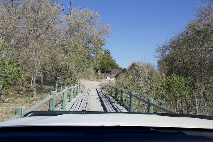 Moremi Game Reserve. Der Sand ist nicht wirklich weniger. Dazu gibt es dann noch Brücken.