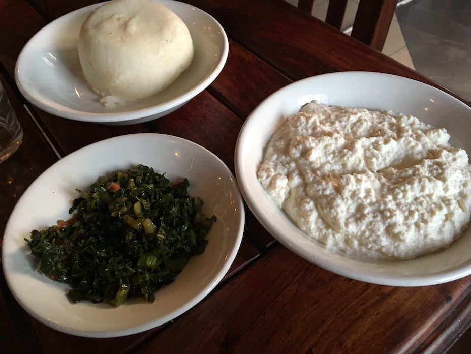Sadza – der für Simbabwe typische Brei aus Maismehl, daneben eine Art Spinat oder Grünkohl und sowas wie eine Mischung aus Hüttenkäse und Sauermilch. Habe ich alles mit den Fingern gegessen, so wie es sich gehört.
